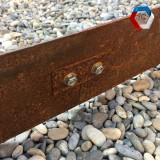 Bordures en acier corten avec fixations intermédiaires